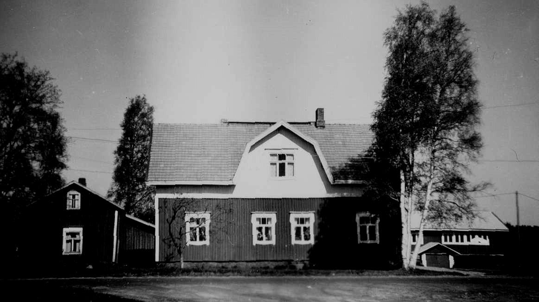 När Bertel Krook tog över gården på 30-talet så byggde han ut den både på bredden och på höjden. Uthuset som syns till höger på bilden är ett hönshus som Selim Eklund byggde men som aldrig togs i användning som hönshus.