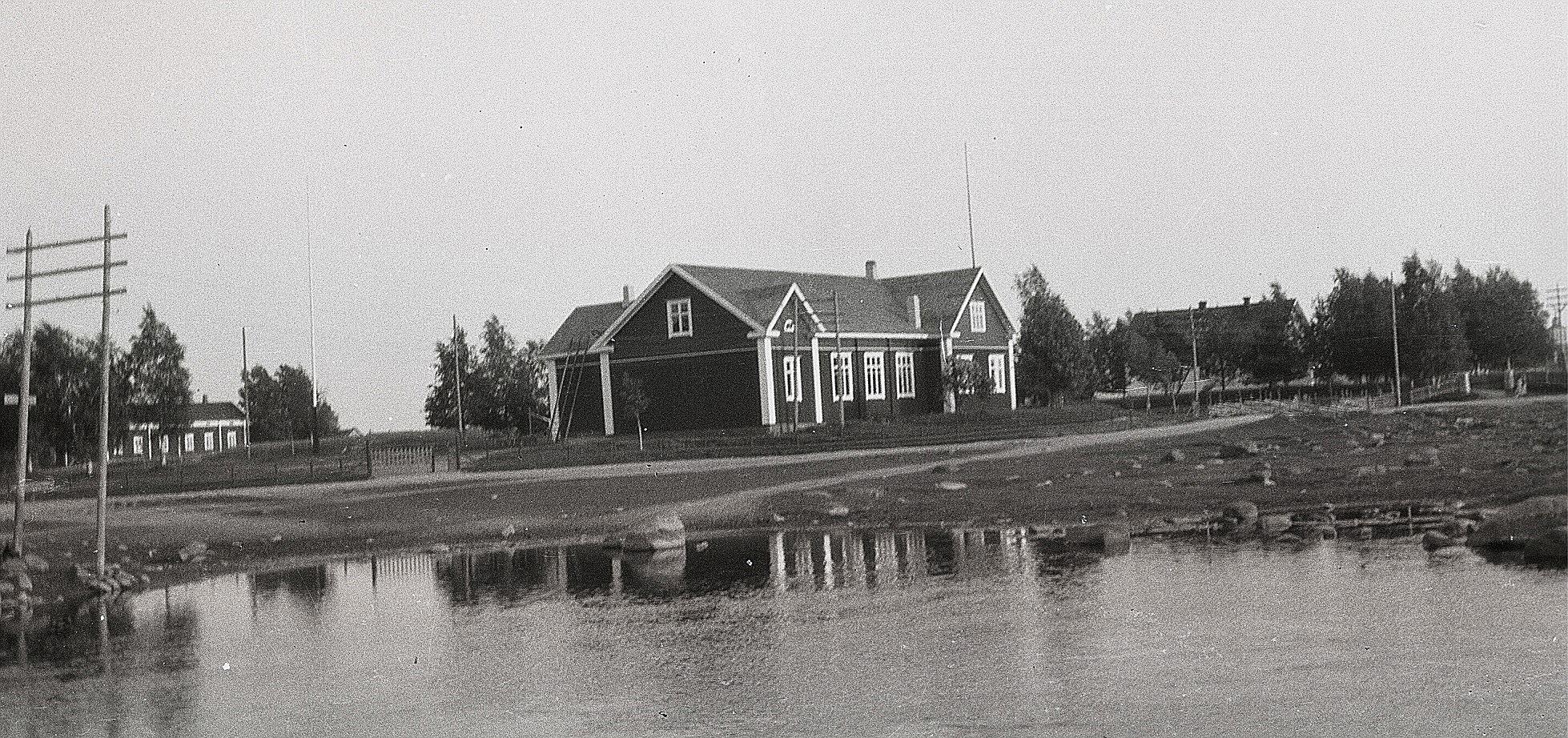 """Den nyrenoverade ungdomslokalen fotograferad år 1929 från """"Nössi sidon""""."""