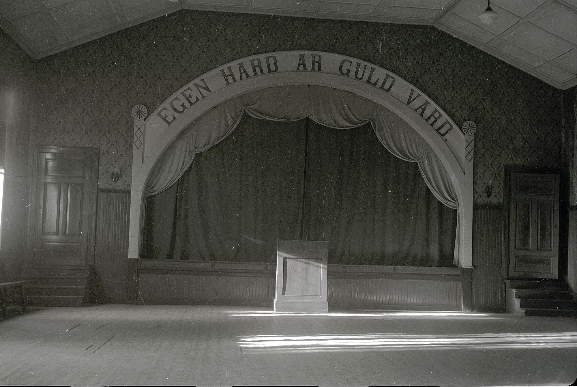 Scenen i den nyrenoverade ungdomslokalen var vackert smyckad och ovanför den ett mycket passande ordspråk. Fotot från 1929.