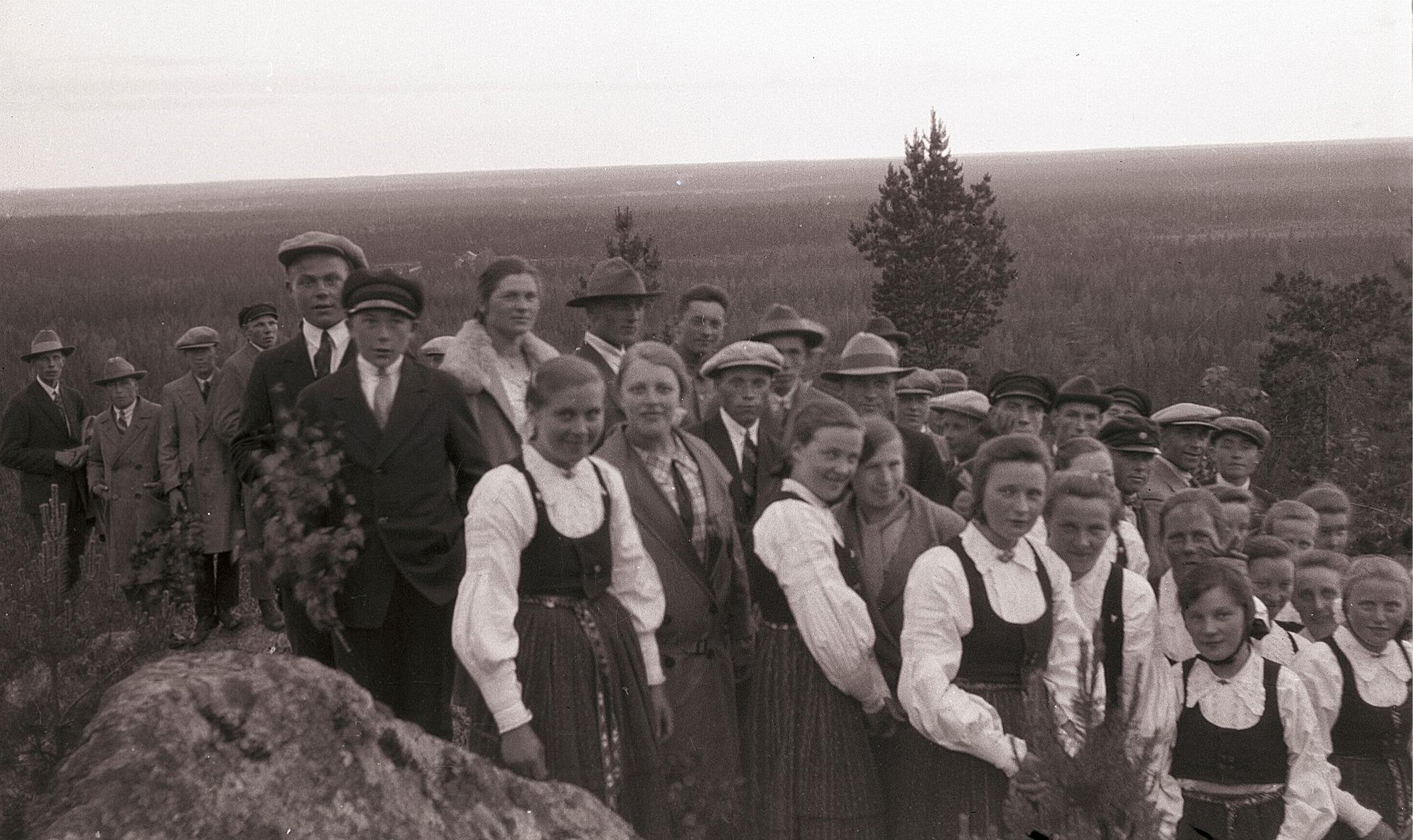 Lappfjärdsungdomar på utfärd till Bötombergen år 1929, kyrkan syns som en ljus prick mitt i fotot. Längst till vänster står Artur Björses, fjärde från vänster är Alvar Brandt. Pojken högst upp är Arne Nordman och framför honom står Lennart Jossandt. Flickan i bakre raden med skinnkragen är Siri Engelholm, följande Lennart Storhannus, Sigrund Engelholm och lite skymd Bertel Ekman. Längst fram i folkdräkt står Elsa Brandt, Tyra Ådjers, Lennart Brunman, Jenny Brandt, Ellen Grönstrand, Anni Björses, Alina Brandt. Svea Solfvin och Aili Knus.