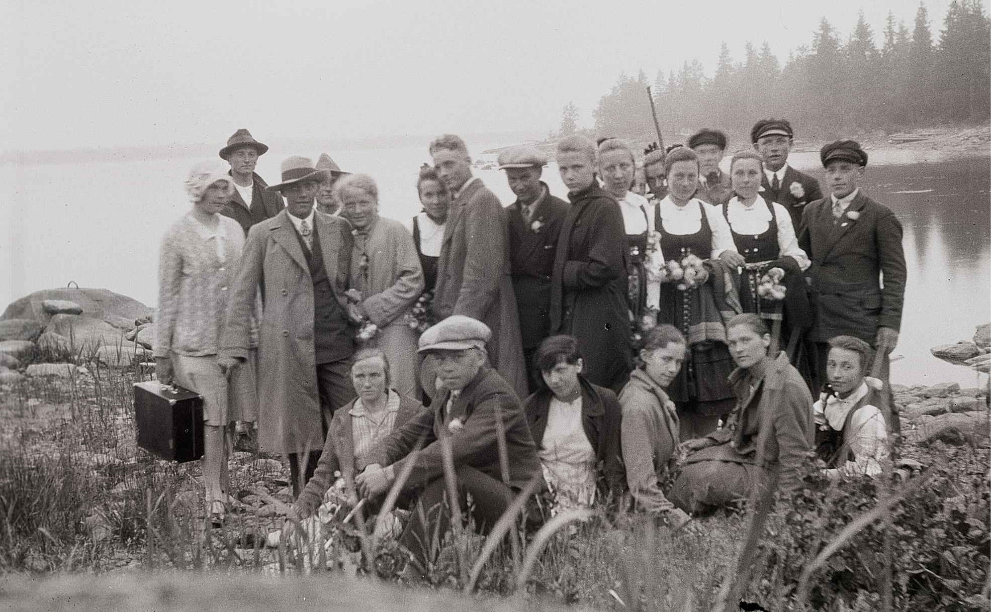 """Ungdomsföreningens medlemmar på utfärd till """"Kumle i Siiby"""". Längst till vänster står Siiri och Sigrund Engelholm. Mannen med hatten på sned är Lennart Nyman bredvid Adele Knus. Mannen utan hatt är Konrad Kronman och pojken längst fram är Eskil Ingvesgård. Stående längst till höger Alfred Solfvin och bredvid honom Ragnar Andtfolk. Sittande längst till höger Signe Ebb,"""