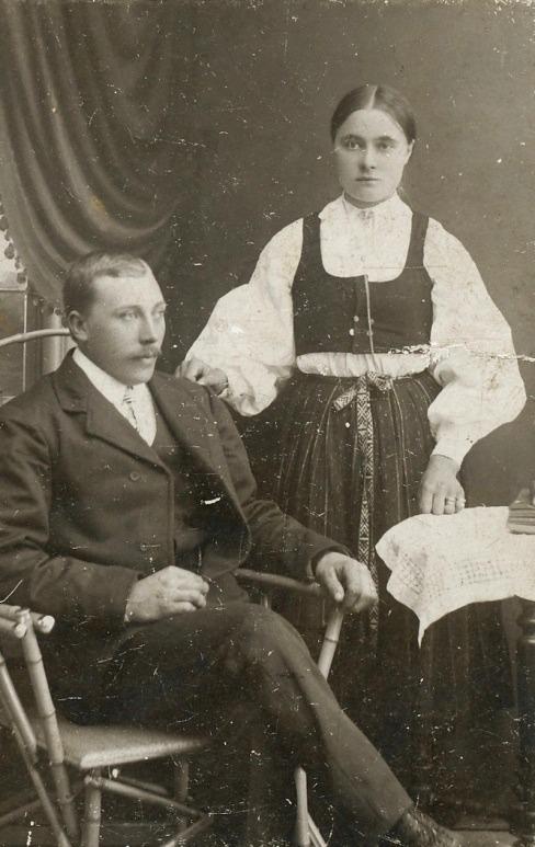 På fotot Erland Krook och Hulda som är klädd i folkdräkt någon gång på 1910-talet.