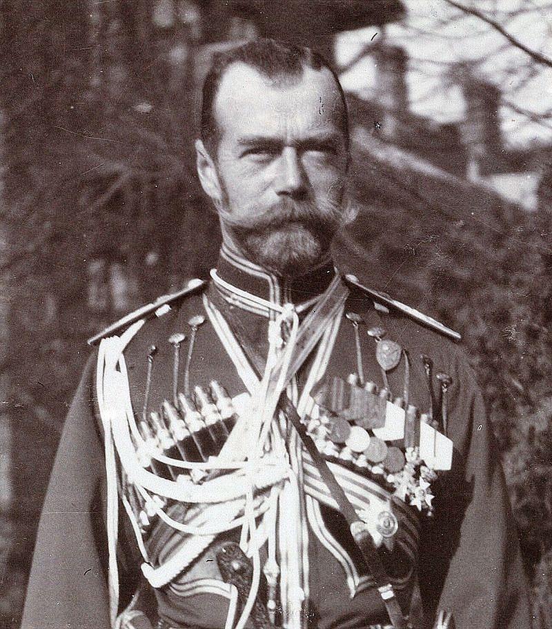 År 1894 tillträdde Nikolaj II som tsar i Ryssland. Precis som sina företrädare lovade han vid kröningen att storfurstendömet Finland under hans regenttid får behålla alla privilegier som de blivit lovade på Borgå lantdag 1809. Han var dock en svag ledare och lät sig övertalas av de nationalistiska grupperna med Bobrikov i spetsen, att Finland skall införlivas med moderlandet och fråntas alla gamla rättigheter.