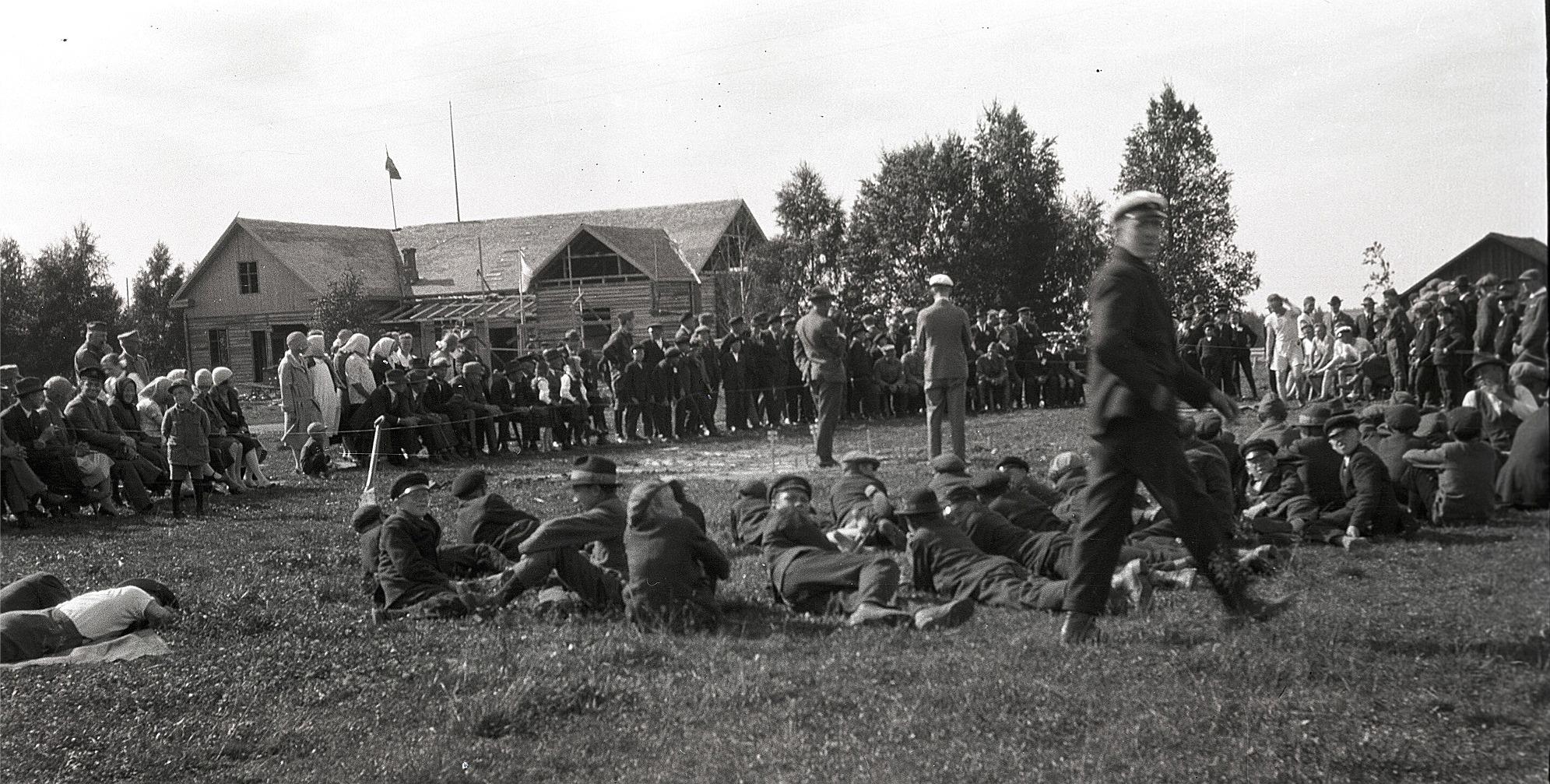 Det var mycket publik på kretsmästerskapen år 1928. I bakgrunden syns tillbyggnaden av ungdomslokalen, som invigdes 26 juli 1929.