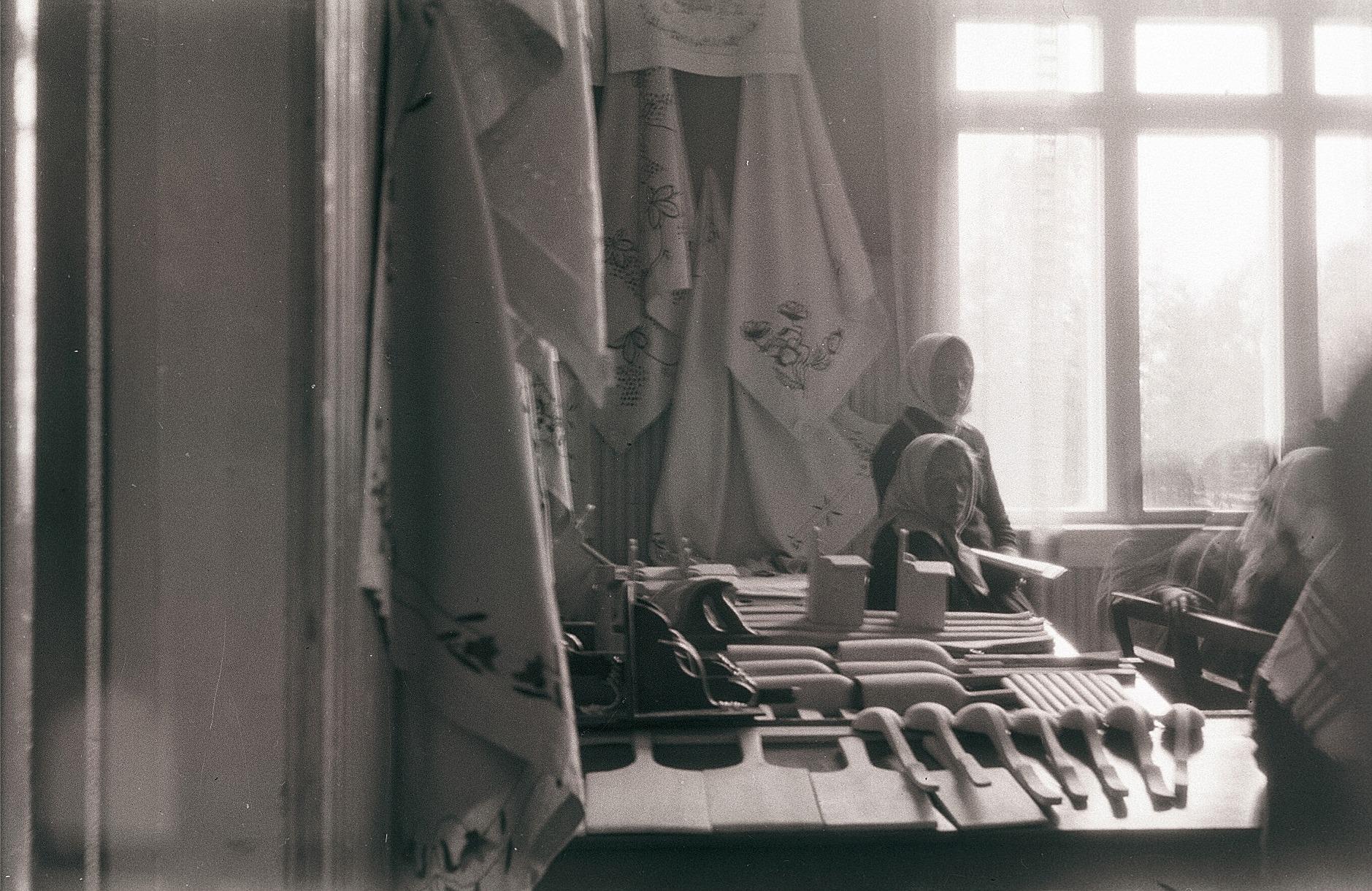 Vid skolavslutningen 1930 ställdes elevernas arbeten ut. På väggarna hänger flickornas handarbeten och på bordet finns pojkarnas slöjdföremål, bland annat slevar, mjölskopor, yxskaft, saltkar, degspadar och mycket annat.