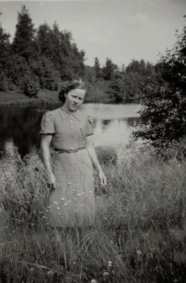 Anna Englund nere vid ån.