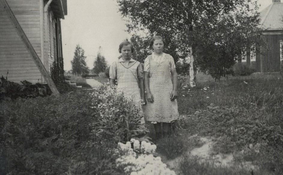 Anna och Helga Englund i trädgårdslandet framför huset. Foto Selim Björses.