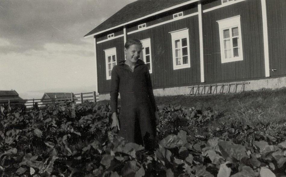 I sitt klubbland på Mittsholmen står Anni Enlund (1916-2002) som sedan gifte sig med Birger Holm.