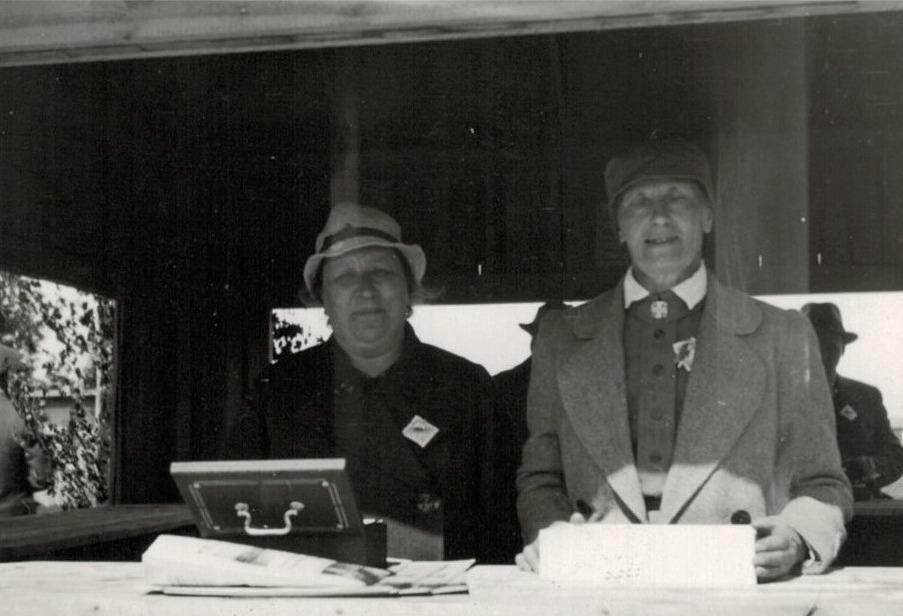 Biljettförsäljarna Hulda Klockars och Hulda Blomberg är klara att ta emot gästerna.