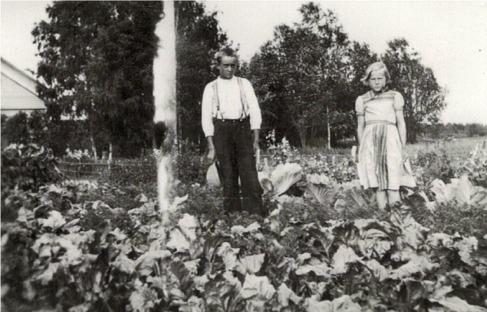 Birger (f.1924) och Birgit Enkulla (f. 1926, senare gift med Fridolf Till) i Härkmeri.