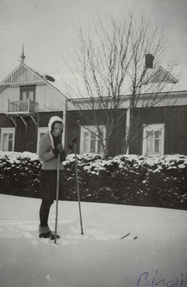 Birgit Englund visar upp det dåtida skidmodet framför hemgården.