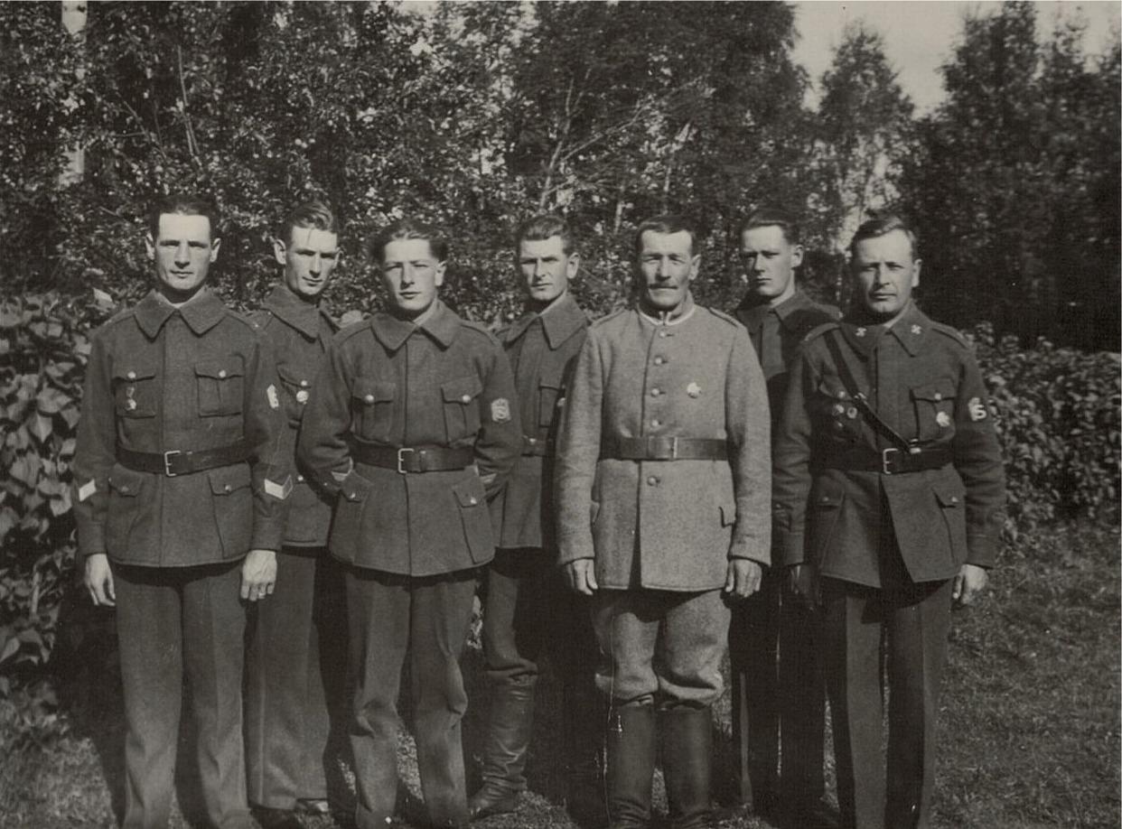 Erik Johan Björses (1878-1944) med sina söner från vänster Artur (f.1908), Arvid (1909-1936), Lennart (1912-1974), Otto (1907-1993), Birger (1914-1988) och Selim (1900-1967).