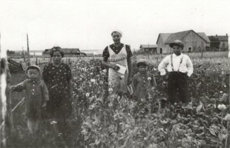 Agnes Byholm i mitten omgiven av syskonen från vänster Alf, Annel, Arne och Jörgen. Härkmerifjärden i bakgrunden.