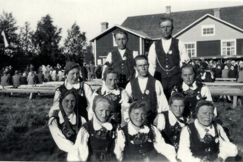 Ungdomar från Dagsmark på en fest någonstans. Uppe från vänster herrarna Artur Storkull och Anselm Lillkull, nedanför sitter Hemming Nyholm. Flickorna från vänster Daga Kjellberg, Hulda Nyholm, Elna Storkull, okänd, Anna Krook, Märta Viklund, Amanda Rosengren och Aina Lillkull.