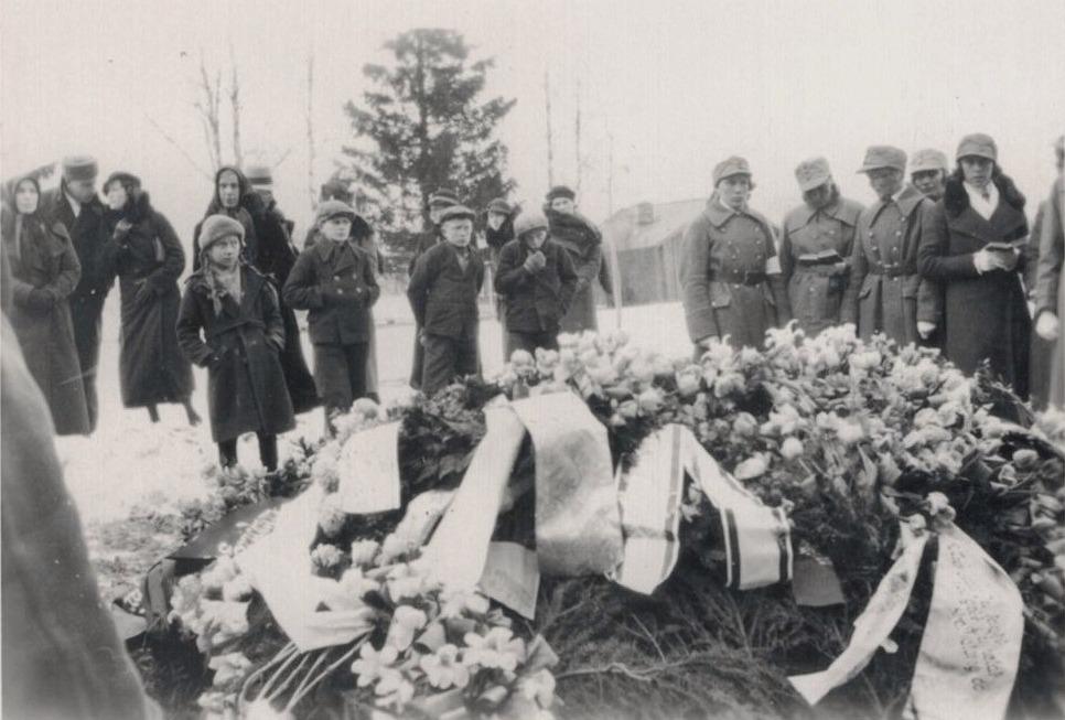 """Här begravs kantor Eskil Ericsson första hustru Emmi. Det så kallade """"skärhuset"""" syns i bakgrunden, där mer än en lappfjärdsbo blivit obducerad."""