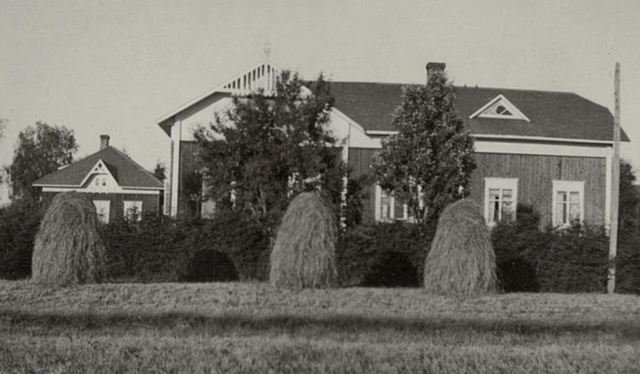 Höstörarna står tätt framför Englunds gård. Lillstugan syns till vänster.