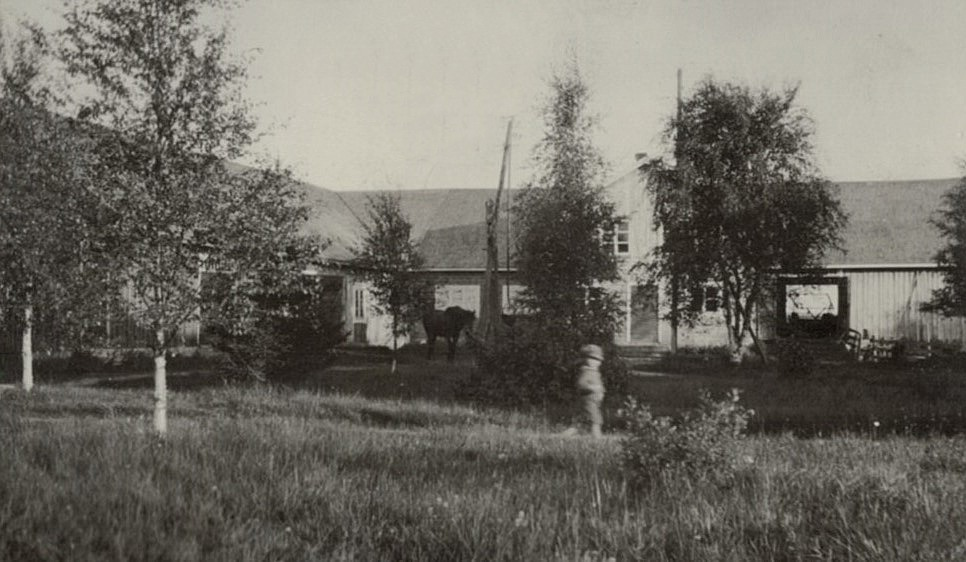 Englunds uthus i mitten på 1930-talet, med Paul springande på gården.
