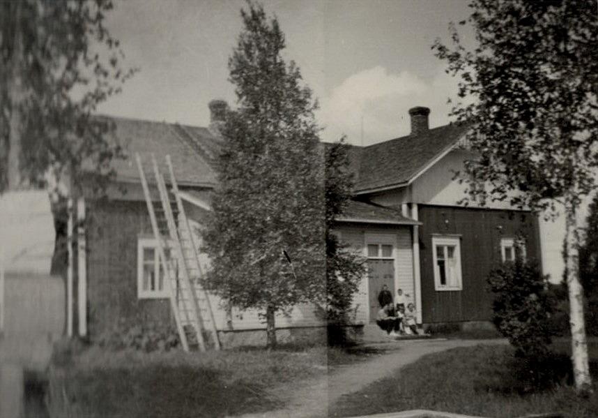 Här sitter familjen Englund på stugtrappan.
