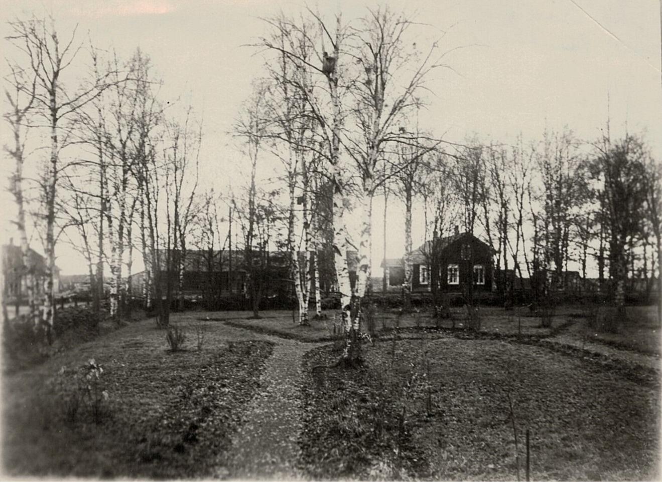 Fotot taget från lärarbostaden upp mot landsvägen, på hösten 1935. I bakgrunden till vänster syns Gunnars Ingves gård, som sedan övertogs av sonen Bo-Göran. Till höger syns Josef Ingves gård, som sedan övertogs av Karl Gustav och sedan av dennes son.