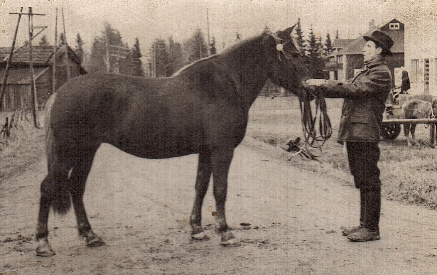 Josef Granlund visar upp sin häst i Bötom, där ungdomslokalen syns i bakgrunden.