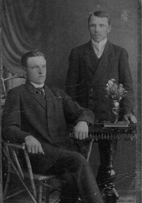 Josef Granlund sitter i stolen medan Artur Gröndahl står bredvid.