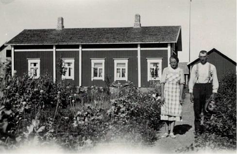 Svea Guss tillsammans med pappa Josef i trädgården framför hemmet i Dagsmark.