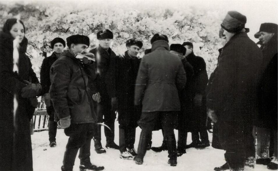 Dystra miner var det också hos dessa herrar, som dryftar världsläget och den uppkomna situationen. Tredje från vänster är en Skogman från Ömossa, följande där bak är Axel Hemgård. Längst till höger står Emil Ekman och lite framför honom står Anselm Gullmes.