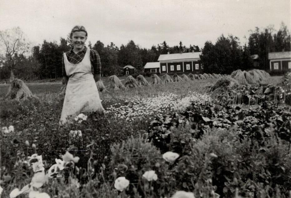 Karin Andtfolk i klubblandet med hemgården i bakgrunden.