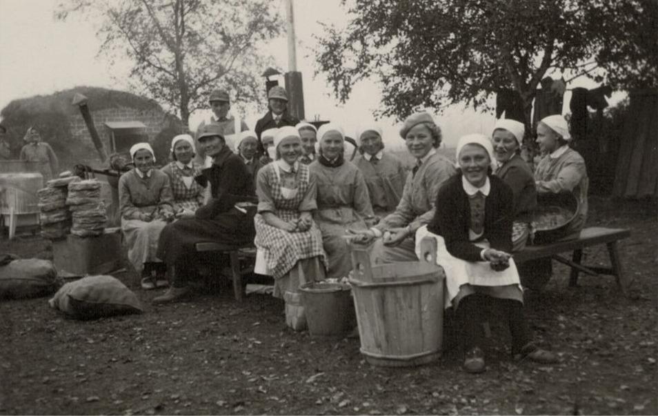 Då veteranerna inkallades på den norra folkskolan skötte lottorna om matlagningen.
