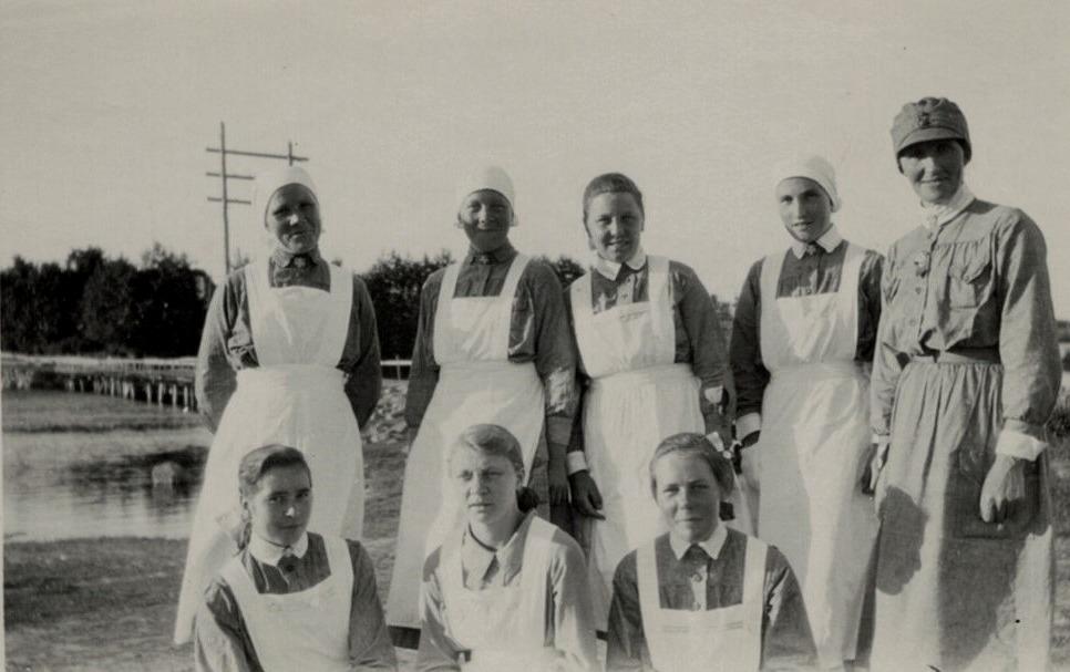 Lottorna i Lappfjärd med Gamälbroen i bakgrunden, stående från vänster Sofia Rosenback, Irene Björkskog, Ellen Ingves, Adelina Björses och Hulda Blomberg. Sittande Hjördis Landgärds, Signe Klåvus och Hjördis Brandt.