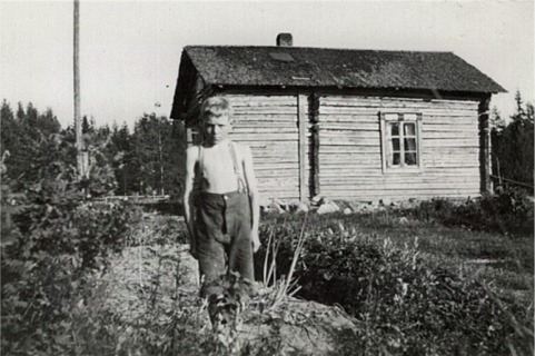 Nils Ålgars visar upp sin trädgård i Korsbäck.