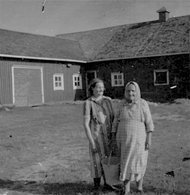 """Pala-Hulda pratar med grannfrun Sanderas-Mina, som bodde på andra sidan landsvägen i """"Strand-Erlands"""" lilla stuga."""