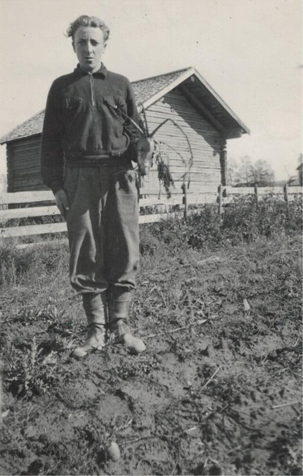 Ragnar Grindgårds visar upp en turnips som blivit angripen av senapsbaggen.