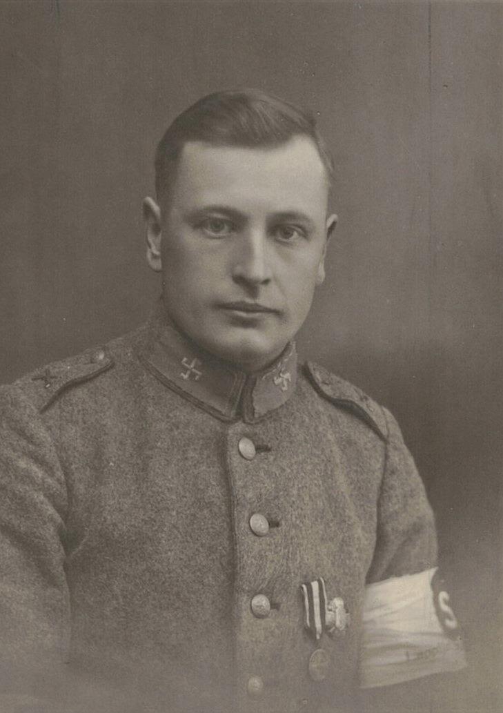 Folkskolläraren Selim Björses (1900-1967) som skyddskårist. Det är ju hans fotografier som finns i dessa album.
