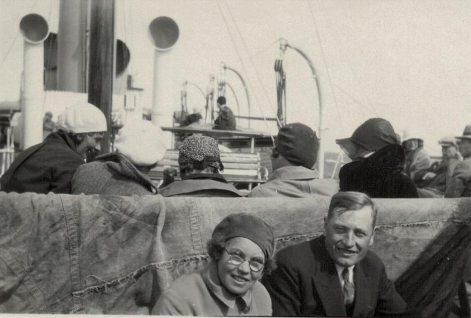 Selim Björses med okända klubbledare på en båt, troligen på väg till Sverige.