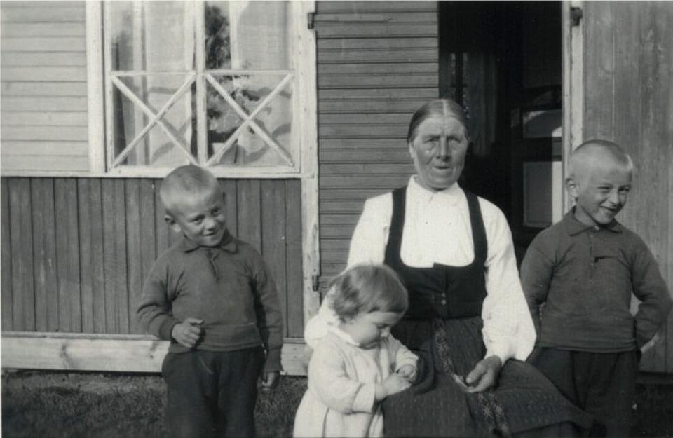 Storhannsu Manda med barnen Edgar, Erik och Torsten.
