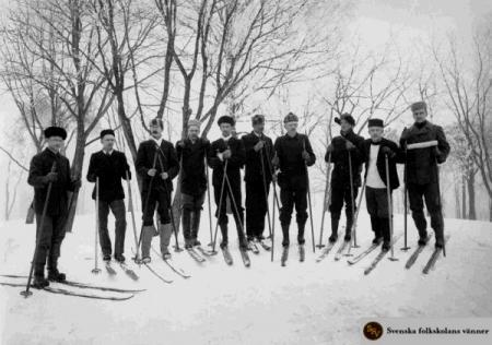 Eftersom namninsamlingen skedde mitt i vintern, så gjordes resorna med skidor. Den här patrullen var på väg till Kyrkslätt och den fjärde från höger är självaste Eugen Schauman, som är mest som den som 5 år senare mördade generalguvernören Bobrikoff.