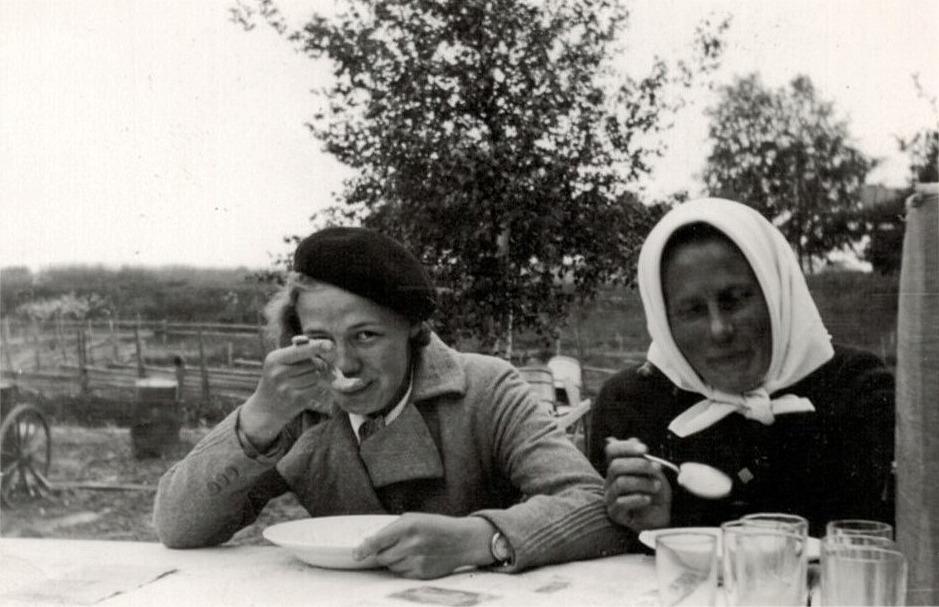 Anna Ulfves till vänster och Hjördis Ingves tar för sig av soppan som serverades på utställningen.