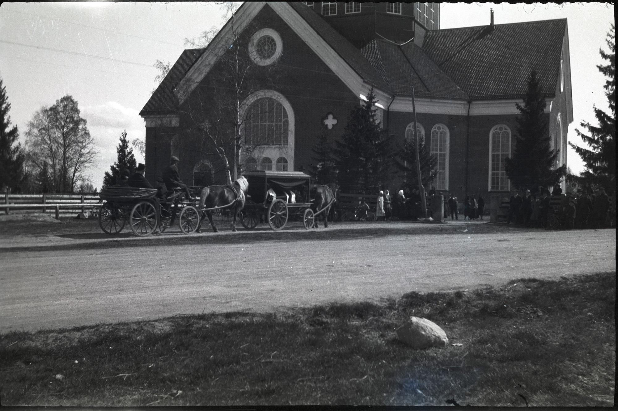 Prosten Lauréns begravning 1928. Likvagnen är en typisk sådan medan trillan som kör bakom är av en ovanligare sort. Längst till vänster syns bommarna där hästarna stod under gudstjänsterna.