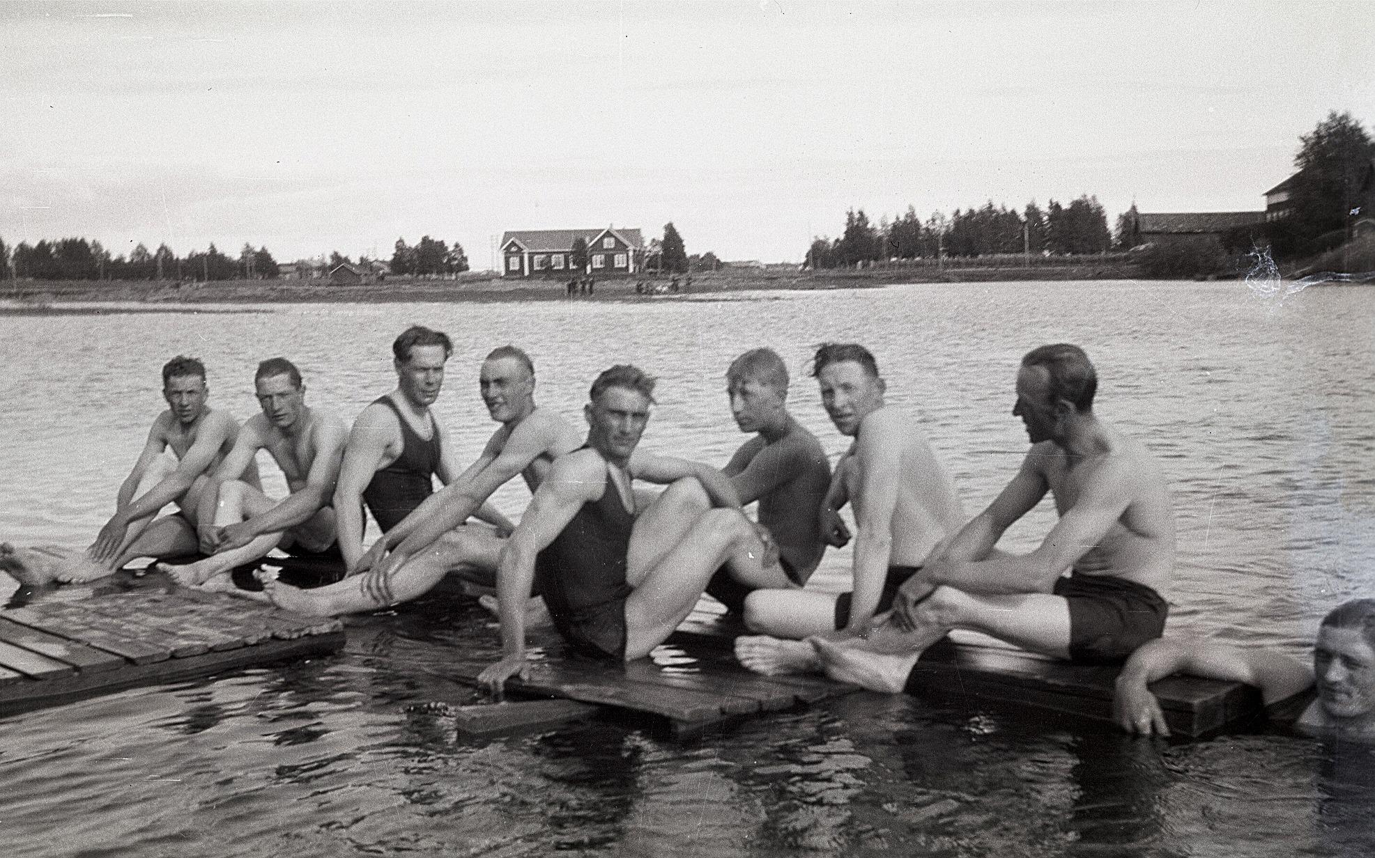 Vid simstationen på norra sidan fanns det en brygga 50 meter ut i ån och där sitter från vänster okänd, Lennart Björses, Lennart Agnäs, Bertel Åstrand, Albert Åstrand, Bruno Jossandt, okänd, okänd och i vattnet Lennart Storhannus.
