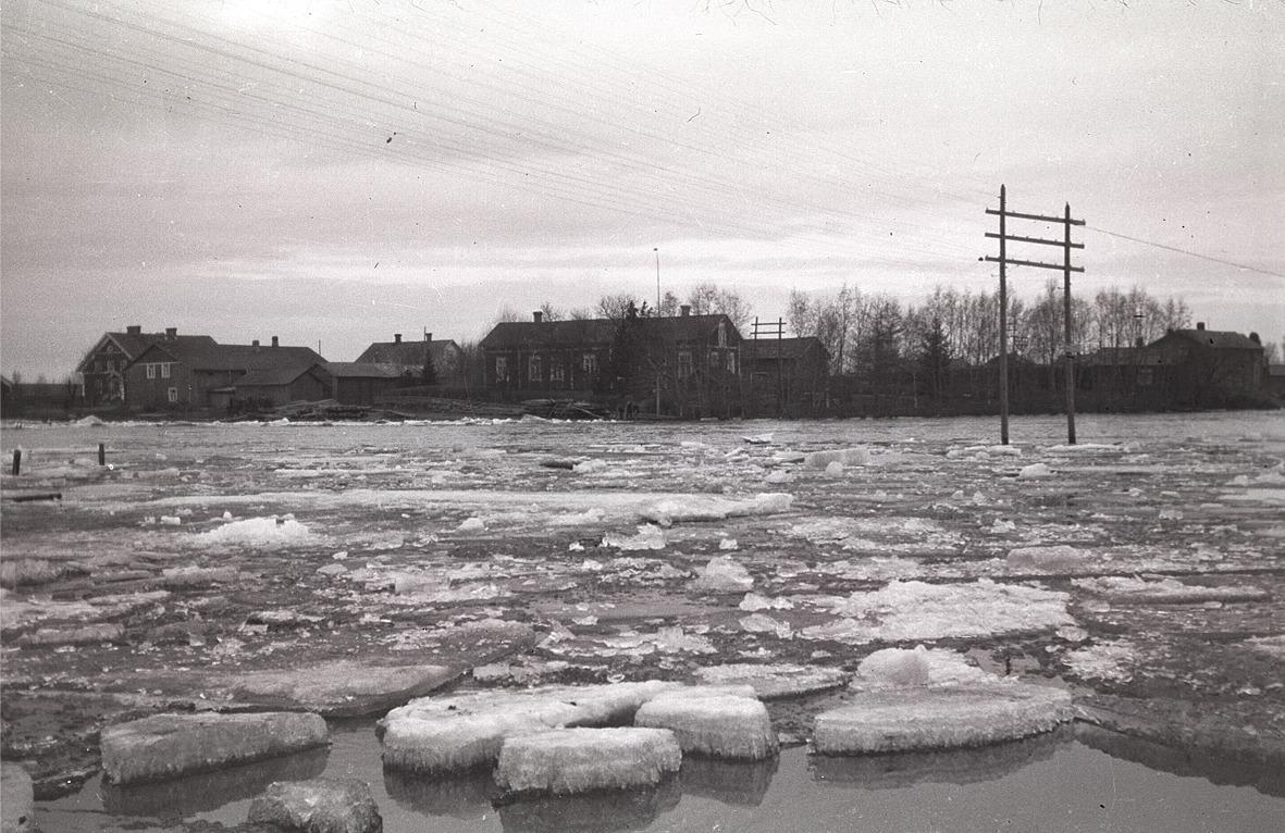 Islossningen 1931, i bakgrunden till vänster Helsingforsbanken, sedan Anton Stenmans gård, mitt i bild Molanders långa gård och till höger syns telefoncentralen.