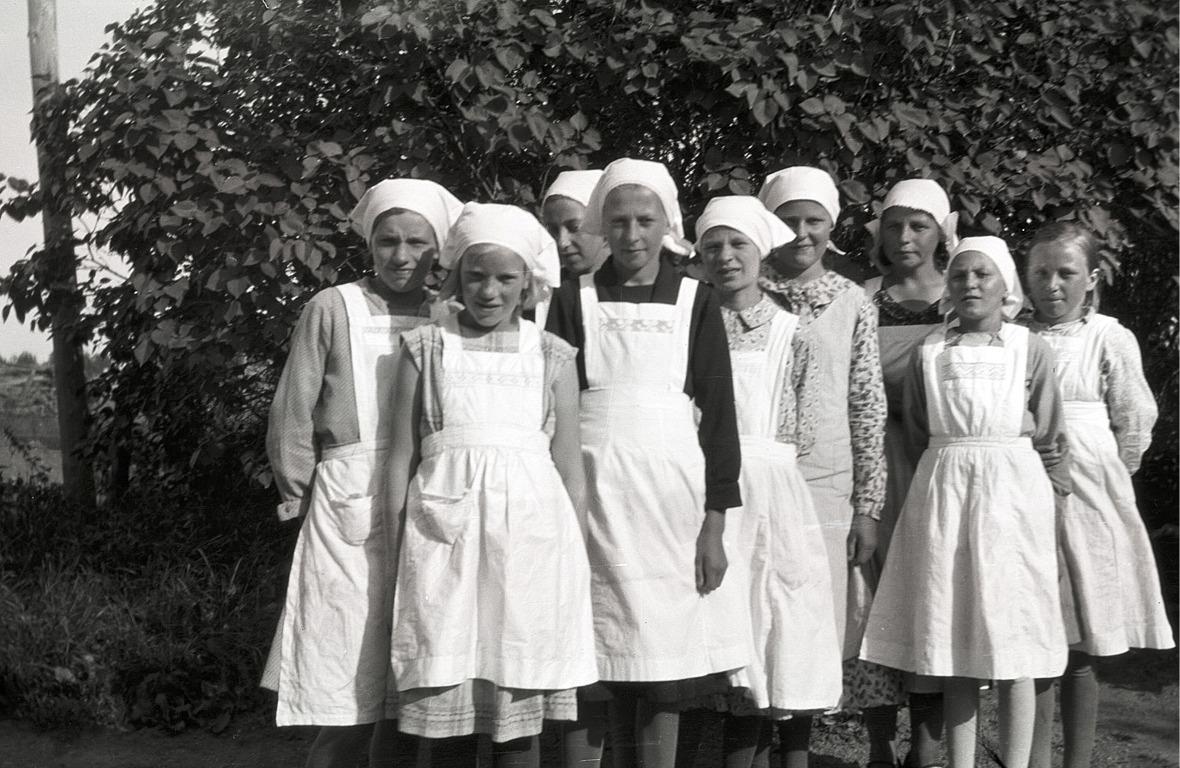 Klubbens flickor på kokkurs år 1931. Från vänster Svea Ekman, Göta Hannus, Aili Hellman, Gurli Lillsjö, Elin Rosenback, Edit Vesterlund, ledaren Elvi Lillträsk, Helga Bergström och Elsa Vesterlund.