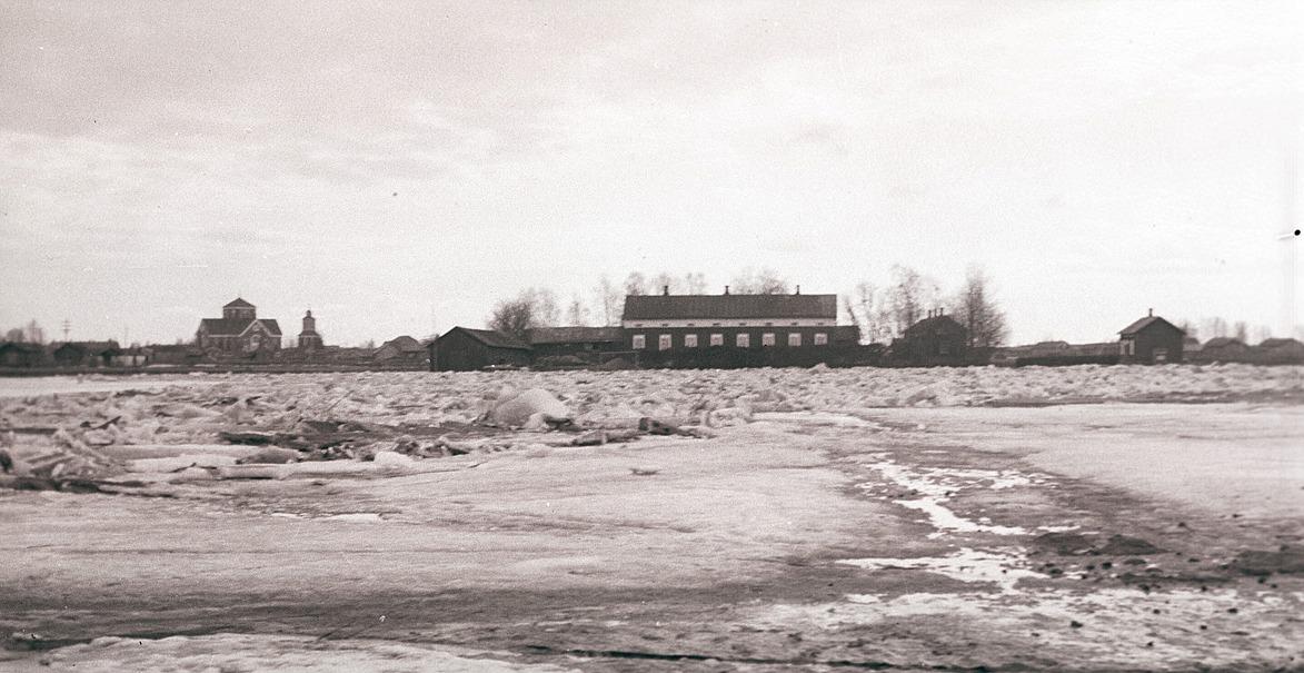 Vid islossningen brukade isen stoppa upp nedanför Stenmans och Helsingforsbanken och så här såg det ut våren 1931. Kyrkan till vänster och Starkes, nuvarande af Hällströms gård mitt i bild.