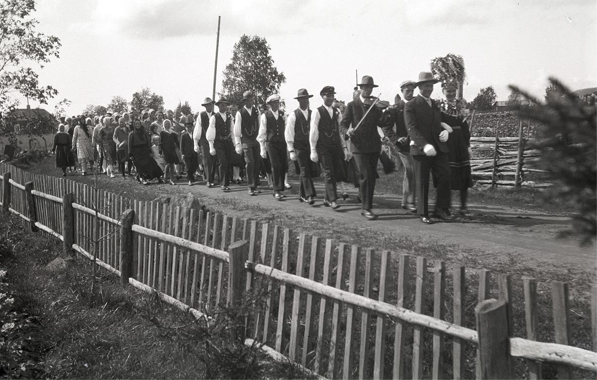 I augusti 1931 gifte sig Evald Mangs (f.1906) med Hjördis Vesterlund (f.1912). Efter brudparet kommer spelmännen Selim Kronman och Valter Enlund. Notera speciellt klädseln på bröllopsgästerna där längst bak i brudraden.
