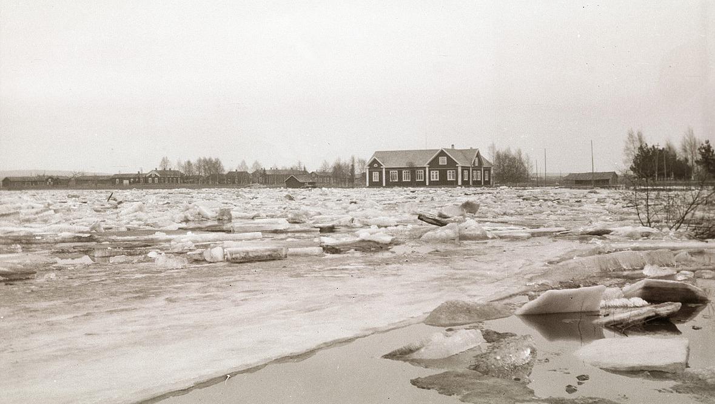 Islossningen har ofta ställt till med problem i Lappfjärd. Så här såg det ut på våren 1931 då Stensund var fullproppat med is. Ungdomslokalen syns på den södra sidan.