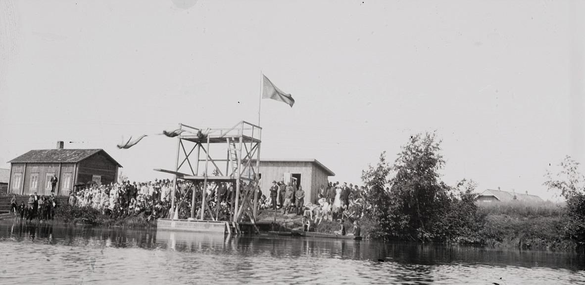 Selim Björses lyckades fånga de tre simhopparna på deras dykning mot vattnet. Till höger skymtar taket på norra folkskolan.