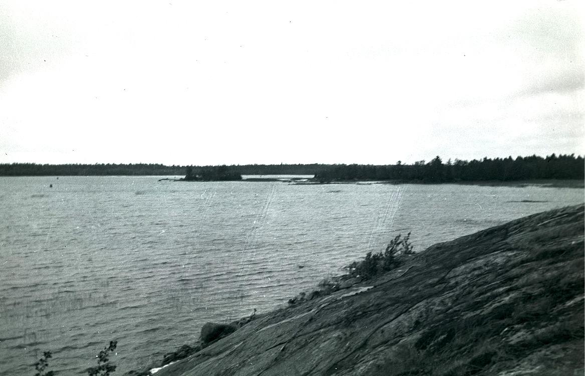 I Lillsund har isen och vattnet slipat strandklipporna till en jämn och slät strand.
