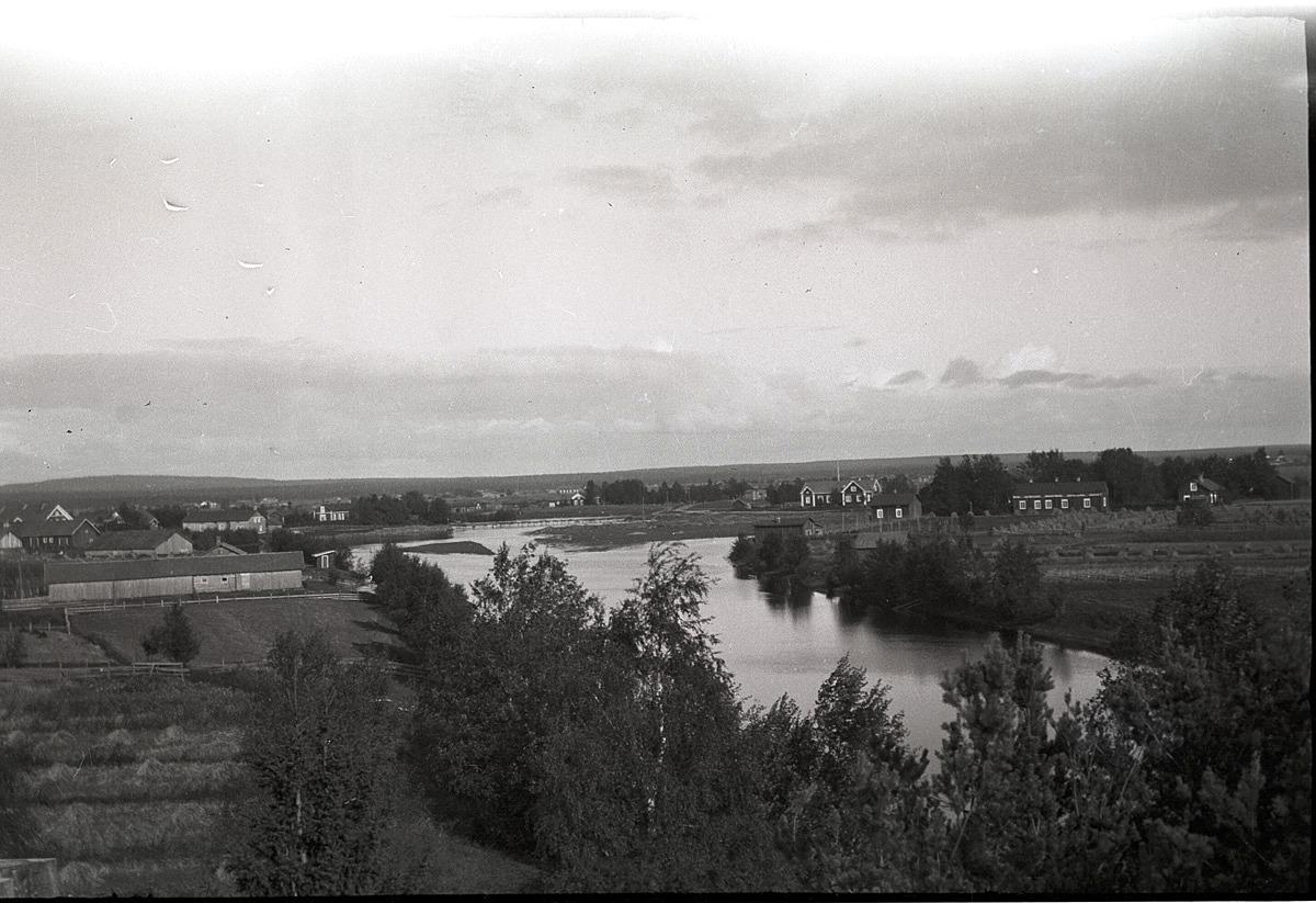Fotot taget från folkhögskolans tak. Gamälbroen med kanalen framför.