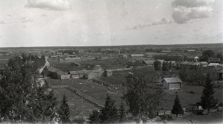 Foto från klockstapeln eller kyrktaket norrut med bland annat Bergkullagårdarna.