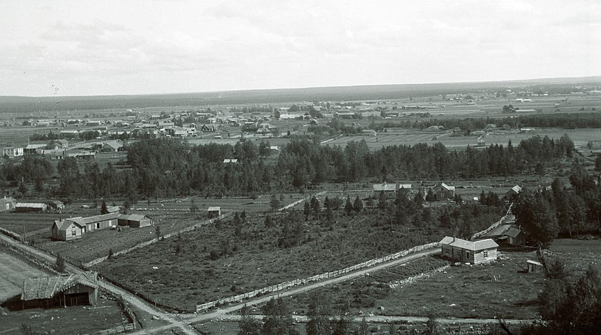 Foto från klockstapeln eller kyrktaket mot nordöst.